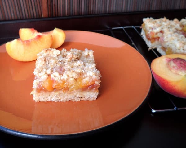 Healthier Whole Wheat Peach Crumb Bars | leelalicious.com