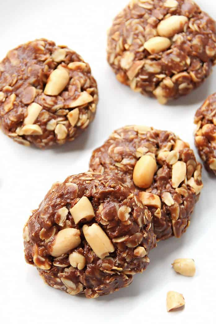 These 5-ingredient no-bake oatmeal cookies with peanut butter and chocolate are a perfect way to satisfy cookie cravings in the heat of summer without turning on the oven. #glutenfree